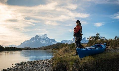 Kayak chica en orilla del rio grey