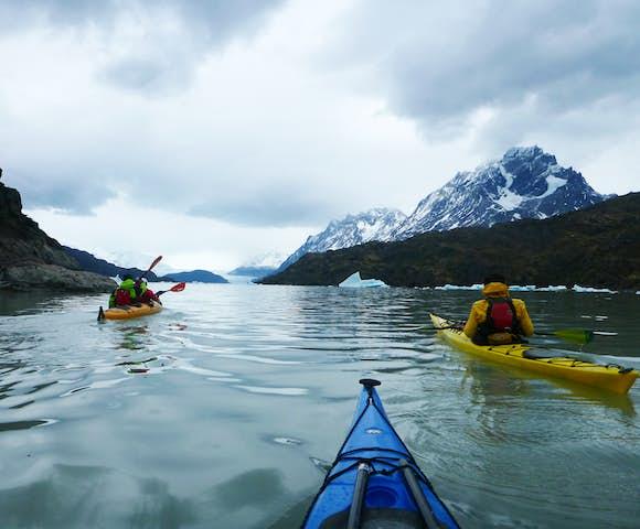 Kayak grey lake icebergs zone